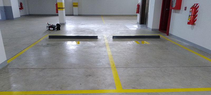 Señalización de estacionamiento con pintura epoxi